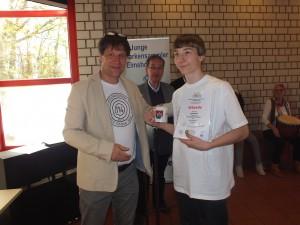 """Torben Krause, Neumünster, bei Preisverleihung: Gold für das Exponat """"Einer spinnt immer – Tischtennis"""""""